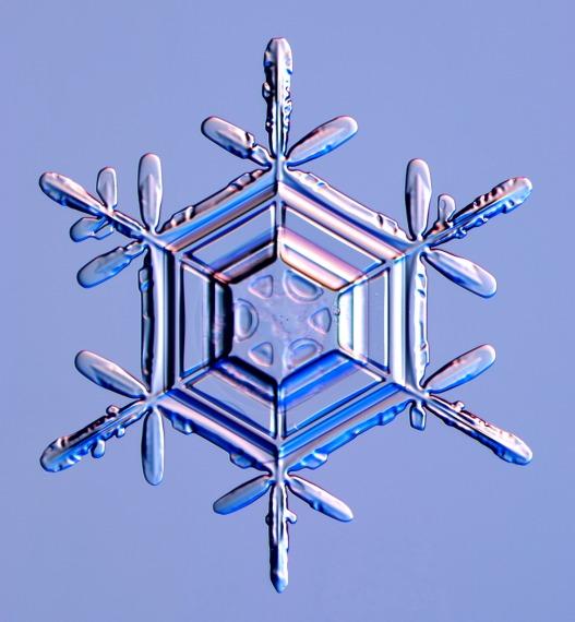 Снежинки и кристаллы льда под